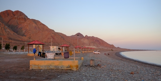 A typical beach in Iran: small platforms - with or without roof - and a barbecue in front. At the back toilets and showers, perfect for camping as long as you don't mind people's chatters until the wee hours